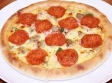 Pizza con salame e melanzane