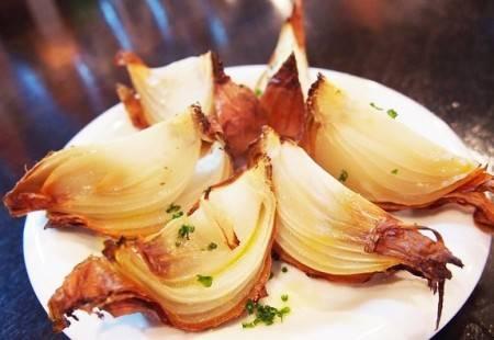 Cipolle al forno con pancetta aromatizzate al vino